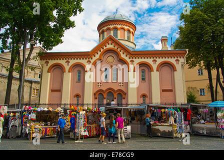 Des marchands de souvenirs en face de l'église orthodoxe St Paraskeves, vieille ville de Vilnius, Lituanie, Europe Banque D'Images