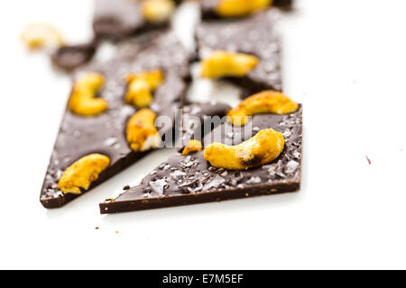 Cajou cosmique gastronomique barre de chocolat sur un fond blanc. Banque D'Images
