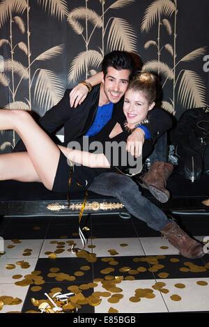 Couple embracing at party, portrait Banque D'Images