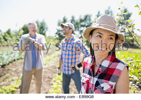 Smiling woman in community garden Banque D'Images