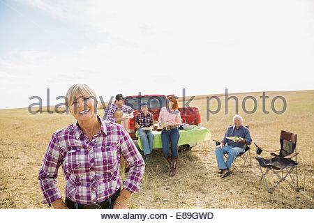 Multi-generation family enjoying lunch dans crop field Banque D'Images