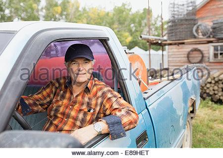 Portrait of farmer à l'intérieur de camion Banque D'Images