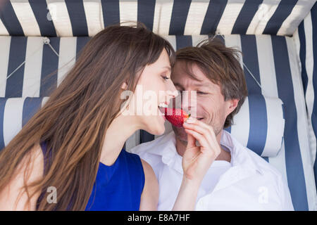 Couple eating strawberry Banque D'Images