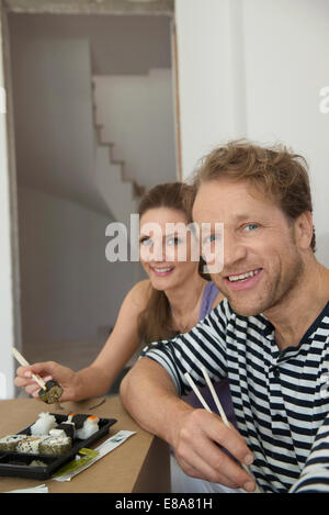 Portrait couple déjeuner manger des sushis au repos Banque D'Images
