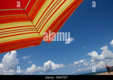 Parasol against blue sky, low angle Banque D'Images