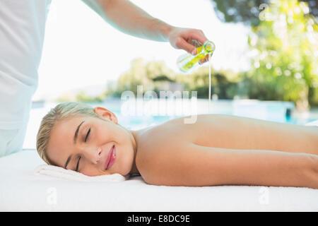 Woman receiving back massage au spa center Banque D'Images