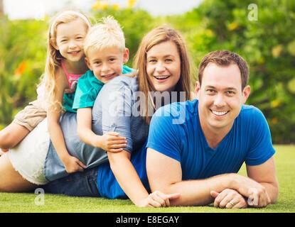 Portrait de famille heureuse de quatre à l'extérieur. Les parents et deux jeunes enfants Banque D'Images