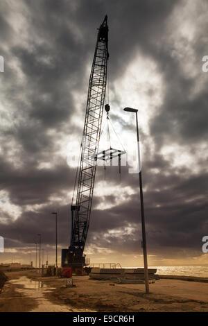 Rossall, Fleetwood, 24 octobre, 2014. BPH Swing grues sur chenilles utilisé dans la construction du nouveau mur Banque D'Images