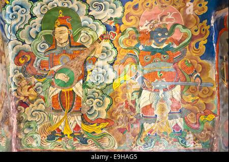 Musiciens et peinture murale du démon à l'entrée de l'Tashi Choling Gompa, le bouddhisme tibétain, Gieling, Upper Banque D'Images