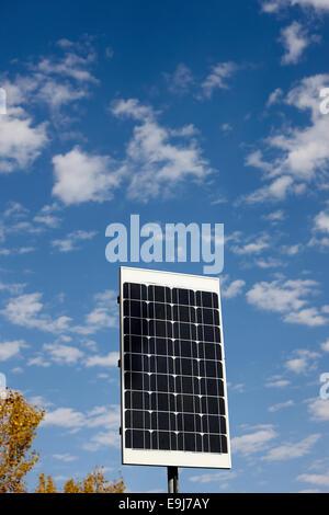Panneau solaire de taille moyenne contre blue cloudy sky sur sunny day Banque D'Images