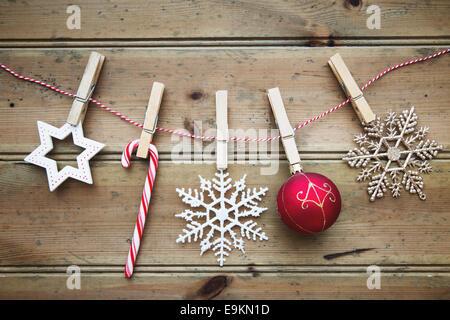 Les boules de Noël sur un fond de bois Banque D'Images