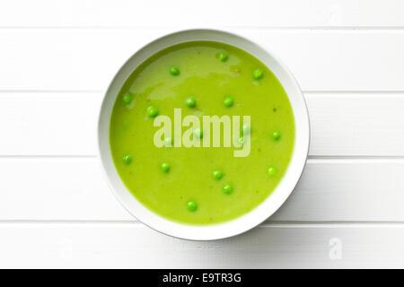 Vue de dessus de la soupe au pois dans la plaque Banque D'Images