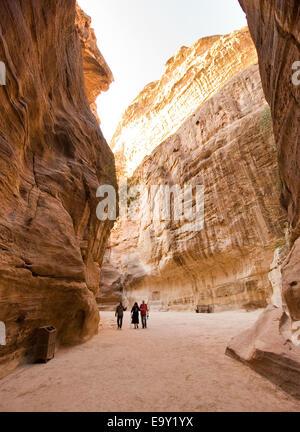 """Les touristes sont marcher dans """"la Siq'.'La Siq' est une gorge étroite qui conduit les visiteurs à Petra en Jordanie Banque D'Images"""