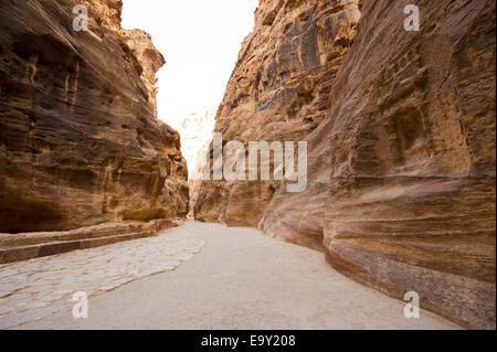 'Le Siq' est une gorge étroite qui conduit les visiteurs à Petra en Jordanie, il est de 1,2 kilomètres de long. Banque D'Images