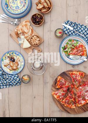 Une table de jardin avec jeu de pizza Banque D'Images