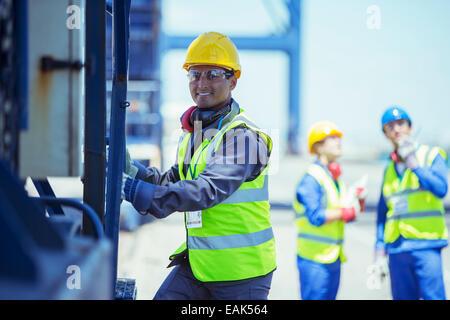 Worker climbing cargo crane Banque D'Images