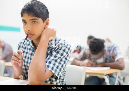 Portrait d'étudiant pensif durant son examen GCSE Banque D'Images