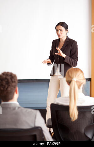 Businesswoman giving presentation Banque D'Images