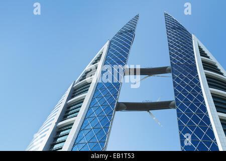 Manama, Bahreïn - le 21 novembre 2014: Bahrain World Trade Centre, le premier gratte-ciel du monde avec vent intégré Banque D'Images