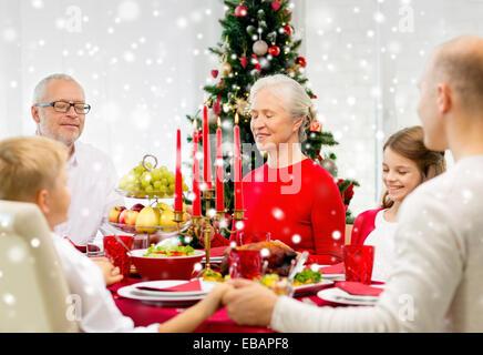 Smiling family ayant dîner à la maison de vacances Banque D'Images