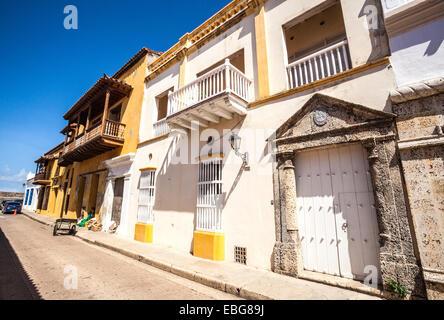 Rangée de maisons à l'architecture coloniale espagnole, Cartagena de Indias, Colombie. Banque D'Images