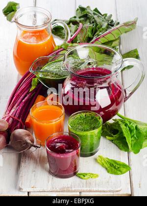 Smoothie de légumes sains et jus. Selective focus Banque D'Images