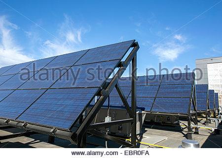 Des panneaux solaires dans une rangée Banque D'Images