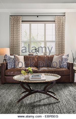 Canapé en cuir dans un salon élégant Banque D'Images