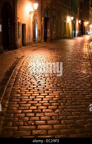 Nuit rue de Prague. République tchèque. La netteté sur un pavé Banque D'Images
