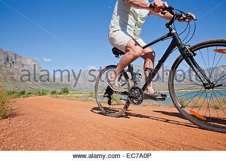 Man randonnée cycliste sur piste pays Banque D'Images