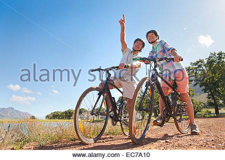 Senior couple randonnée cycliste sur piste pays Banque D'Images