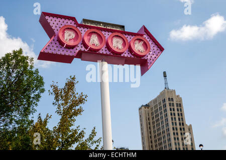 Saint Louis Missouri Saint Midtown Historic District Grand Centre Boulevard parking parking sign arrow building Banque D'Images
