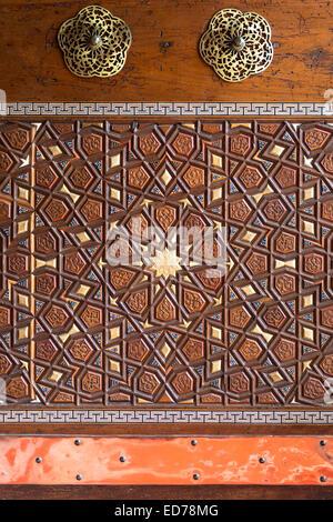 Détail de la porte d'entrée sculptée ornée à la mosquée Suleymaniye à Istanbul, République de Turquie Banque D'Images