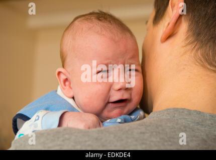 Un bébé de 2 mois à pleurer alors qu'il était détenu. Banque D'Images