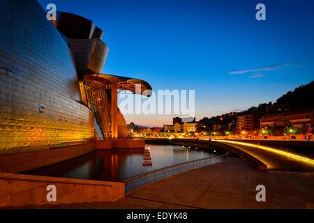 Musée Guggenheim de Bilbao, par Frank Gehry, le Nervion, Bilbao, Pays Basque, Gascogne Province, Espagne Banque D'Images