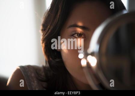 Jeune femme à la recherche de miroir dans Banque D'Images
