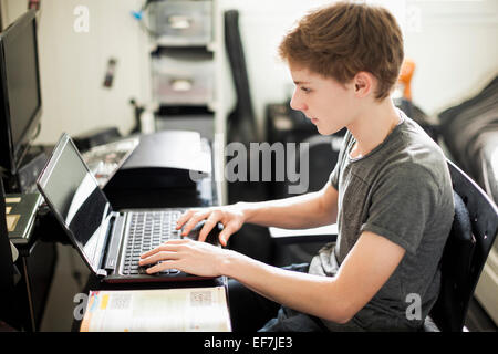 Woman typing on laptop Banque D'Images