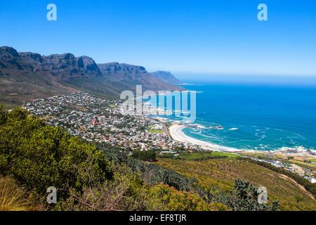 Vue sur Camps Bay de la promenade jusqu'Lions Head, Cape Town, Afrique du Sud Banque D'Images