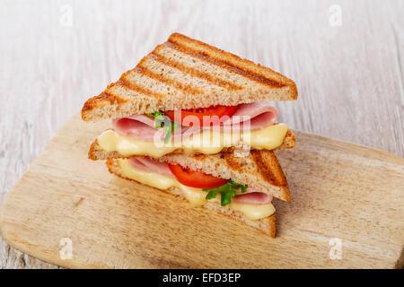 Toast sandwich grillé au jambon et tomates au fromage Banque D'Images