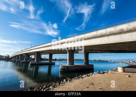 Nuages sur l'ouest de Mission Bay Bridge. San Diego, Californie, États-Unis. Banque D'Images