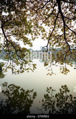 Lac Hoan Kiem, dans le vieux quartier de Hanoi, Vietnam. Banque D'Images