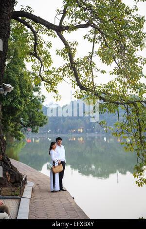 Couple au Lac Hoan Kiem, dans le vieux quartier de Hanoi, Vietnam. Banque D'Images