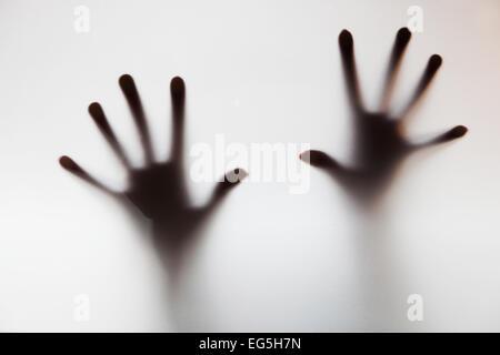 Les mains de toucher le verre dépoli. Crier à l'aide conceptuelle, la dépression, le stress, la panique Banque D'Images