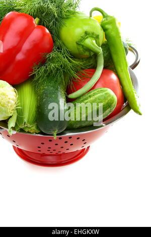 Des légumes frais dans une passoire métallique. Banque D'Images