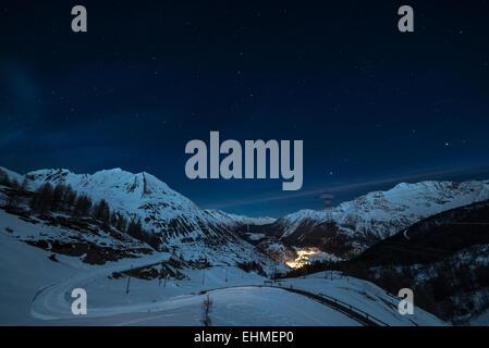 Vue aérienne de La Thuile village brillants dans la nuit, célèbre station de ski en Vallée d'aoste, Italie. Merveilleux Banque D'Images