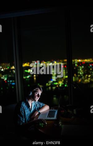 Adolescent à l'aide d'un ordinateur portable. Banque D'Images