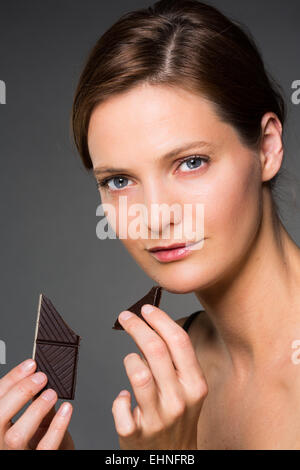 Femme de manger du chocolat. Banque D'Images