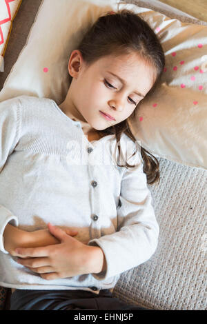 7 ans enfant souffrant de ventre. Banque D'Images
