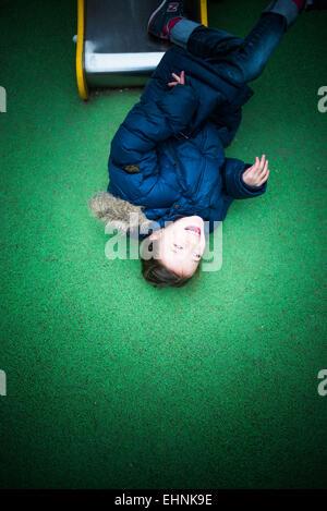 7 ans dans une aire de jeux. Banque D'Images