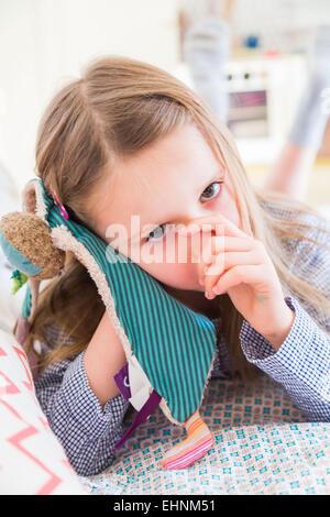 5 ans, fille de sucer son pouce. Banque D'Images